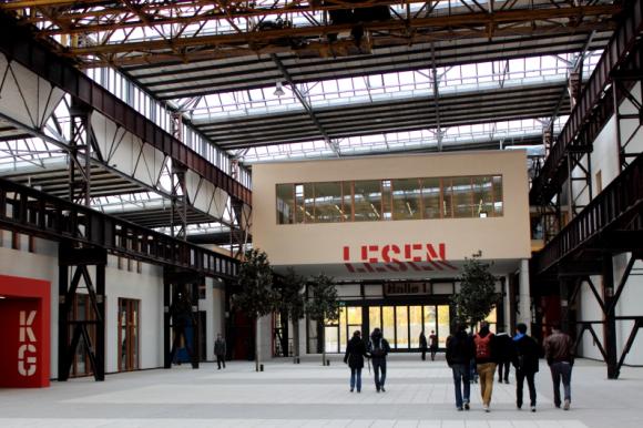 """In der mit """"Lesen"""" klar beschrifteten Bibliothek des Standortes konnten die Besucher jetzt auch """"Schauen"""", denn dort wurde die Fotoausstellung """"Merk+Würdig/Note+Worthy"""" im Anschluss an die ANSA-Konferenz 2014 ausgestellt. (Bild: Franziska Temmen/Hochschule Osnabrück)"""