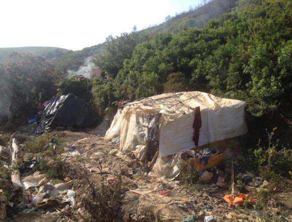 Ein sogenannter Bunker im Wald vor Ceuta. So leben die Menschen dort teils jahrelang.