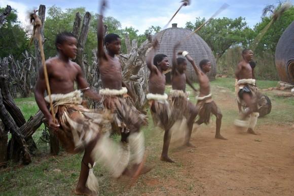 Jugendliche Zulu tanzen. Authentisch?
