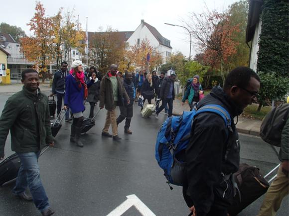 Der Bus kommt einfach nicht? Die ANSAs wandern trotz Nieselregen gut gelaut bis zum Konferenz-Ort.