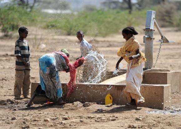 Frauen an Wasserstelle