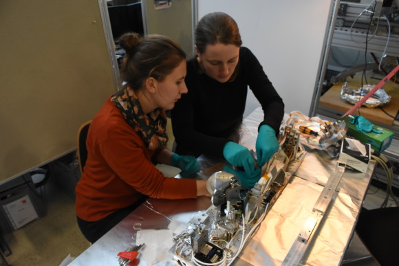 Katharina Kolatzki (left) and her supervisor Daniela Rupp (right) conducting an Experiment (photo credit: Björn Senfftleben)