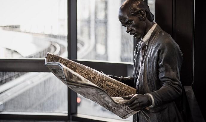 Statue liest Zeitung
