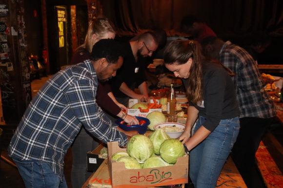 Alle Teilnehmer*innen bereiteten gemeinsam ein Menu zu.